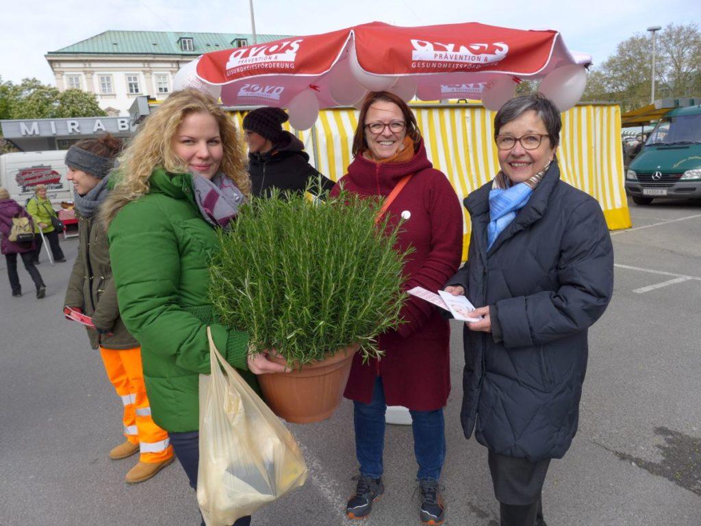v.r.: Landessanitätsdirektorin Heidelinde Neumann, Sabine Stadler, Avos, mit interessierter Passantin