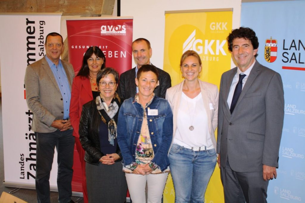 Auf dem Foto (v.l.n.r, 1. Reihe): Landessanitätsdirektorin HR Dr. Heidelinde Neumann, Dr. Astrid Keidel-Liepold, ärztliche Leiterin und Mag. Angelika Bukovksi, beide AVOS, Univ. Prof. Dr. Karl Glockner; (2. Reihe): Dr. Harald Seiss und Elisabeth Gampert-Zaisberger, beide SGKK, Dr. Walter Keidel, Zahnärztekammer.  Copyright Foto: AVOS/Binder